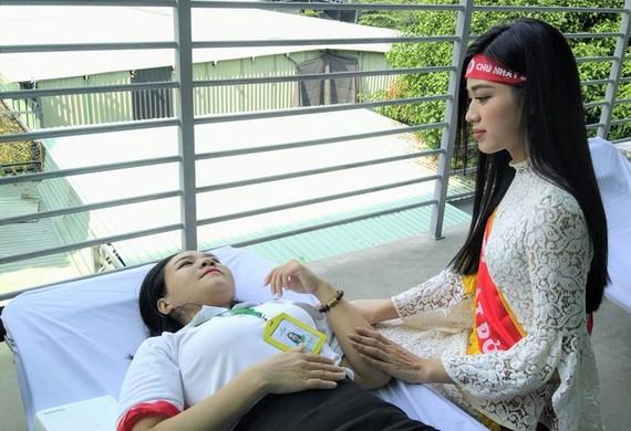 Hoa hậu Đỗ Thị Hà sát cánh cùng chương trình hiến máu tình nguyện
