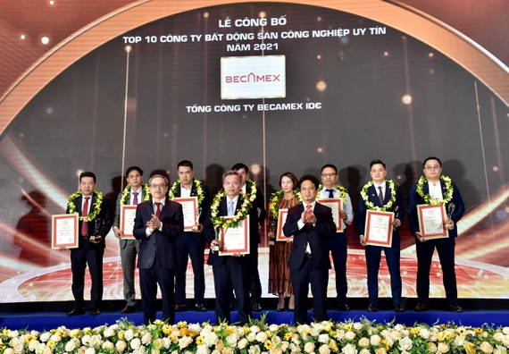 Đại diện Tổng Công ty Becamex IDC tại lễ vinh danh