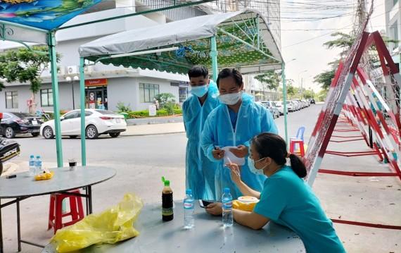 Lực lượng chức năng truy vết các trường hợp tiếp xúc gần tại 1 chung cư ở TP Thuận An, Bình Dương