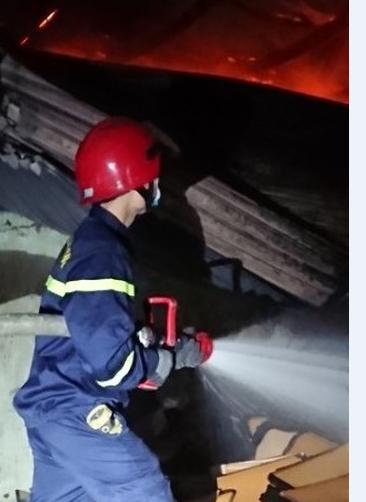 Cảnh sát PCCC phun nước chữa cháy tại nhà xưởng