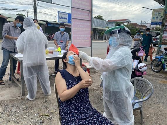 Nhân viên y tế lấy mẫu tầm soát Covid-19 cho người dân huyện Châu Thành, tỉnh Tây Ninh