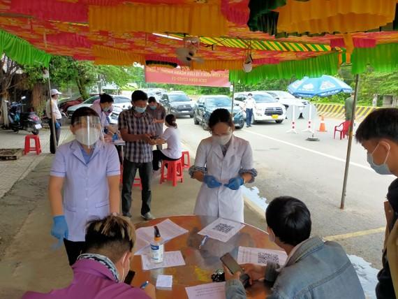Nhân viên y tế Bình Dương thực hiện nhiệm vụ tại chốt kiểm soát dịch