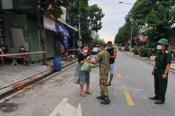 Lực lượng chức năng TP Thuận An khẩn trương phát LTTP cho người dân