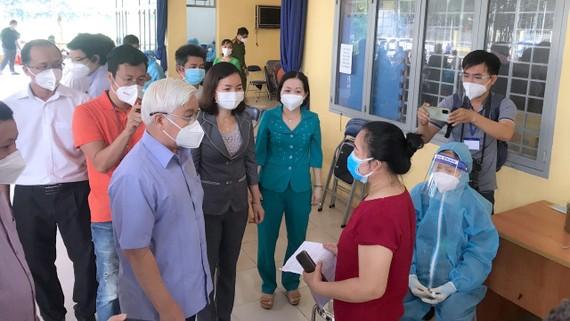 Bí thư Tỉnh ủy Bình Dương Nguyễn Văn Lợi kiểm tra công tác tiêm vaccine ở điểm tiêm TP Thủ Dầu Một