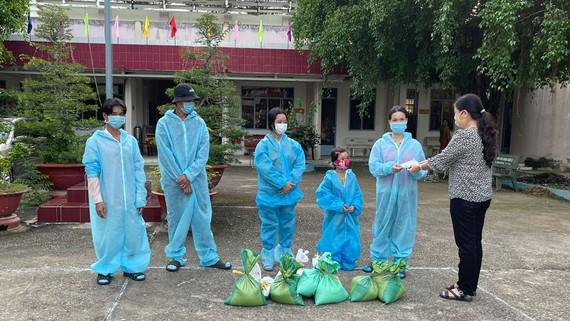 Đại diện UBND huyện Tân Châu tặng quà cho gia đình anh Nguyễn Văn Dũng