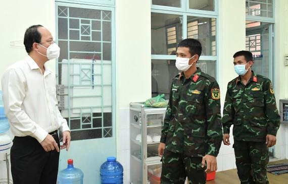 Phó Bí thư Thành ủy TPHCM Nguyễn Hồ Hải thăm hỏi chiến sĩ Sư đoàn Bộ binh 309. Ảnh: VIỆT DŨNG