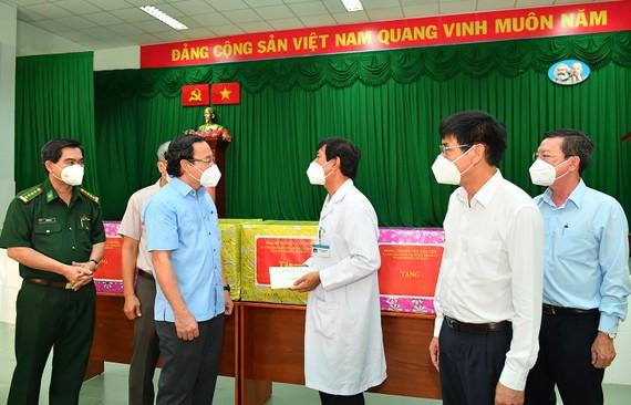 Bí thư Thành ủy TPHCM Nguyễn Văn Nên thăm, tặng quà Bệnh viện điều trị Covid-19 Cần Giờ. Ảnh: VIỆT DŨNG