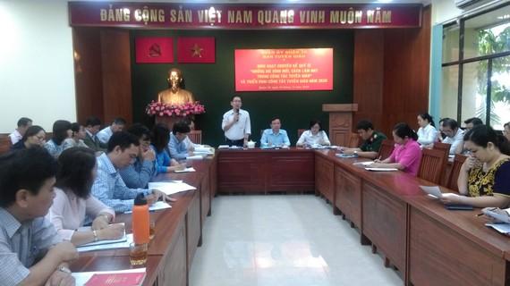 Trưởng Ban Tuyên giáo Quận ủy quận 10 Nguyễn Tấn Tài trao đổi tại buổi sinh hoạt chuyên đề