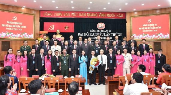 Đồng chí Dương Ngọc Hải, Chủ nhiệm Ủy ban Kiểm tra  Thành ủy TPHCM tặng hoa chúc mừng BCH Đại hội Đảng bộ quận 10. Ảnh: VIỆT DŨNG