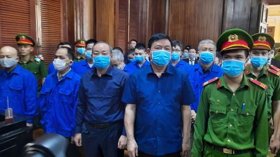 Bị cáo Đinh La Thăng (hàng đầu, thứ 4 từ trái qua) cùng các đồng phạm tại phiên tòa
