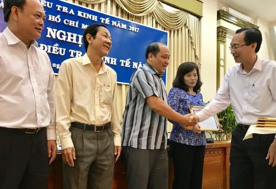 Phó Chủ tịch Thường trực UBND TP Lê Thanh Liêm khen tặng các địa phương có tỷ lệ thu phiếu cao nhất