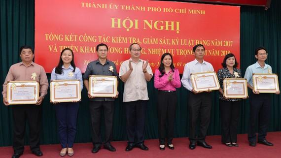 Bí thư Thành ủy TPHCM Nguyễn Thiện Nhân và Ủy viên Ủy Ban Kiểm tra Trung ương Huỳnh Thị Xuân Lam trao bằng khen cho các tập thể xuất sắc