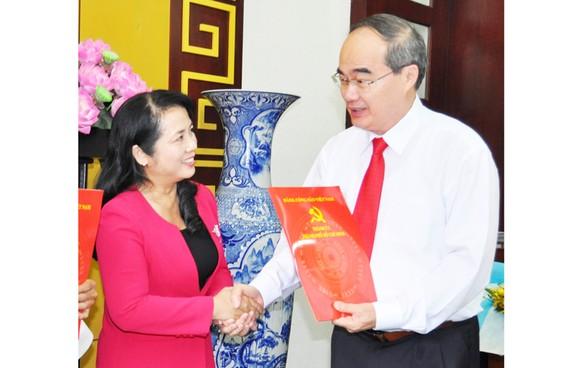 Đồng chí Nguyễn Thiện Nhân trao quyết định điều động, chỉ định đồng chí Trần Kim Yến giữ chức Bí thư Quận ủy quận 1 nhiệm kỳ 2015-2020. Ảnh: KIỀU PHONG