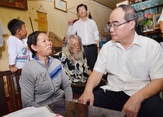 Bí thư Thành ủy TPHCM Nguyễn Thiện Nhân thăm hỏi người dân Thủ Thiêm ở khu tạm cư. Ảnh: VIỆT DŨNG
