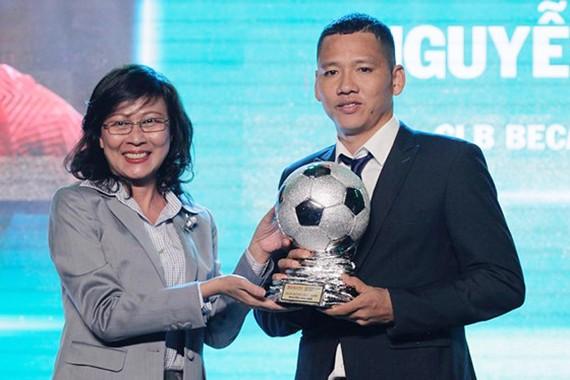Phó Chủ tịch UBND TPHCM Nguyễn Thị Thu tại Lễ trao giải thưởng Quả bóng vàng Việt Nam 2018. Ảnh: HOÀNG HÙNG