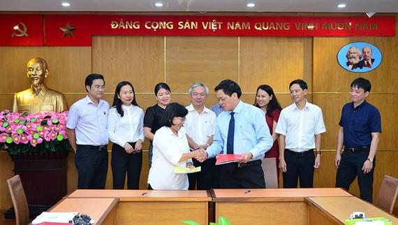 Trưởng Ban Tuyên giáo Thành ủy TP Hồ Chí Minh Thân Thị Thư và Tổng Biên tập Báo điện tử Đảng Cộng sản Việt Nam Trần Doãn Tiến ký kết Chương trình phối hợp giai đoạn 2019 - 2021.