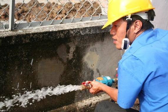 Nhân viên Sawaco đang kiểm tra áp lực nước