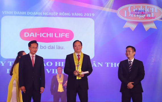 Ông Vũ Hoàng Tân đại diện Công ty Bảo hiểm Nhân thọ Dai-ichi Việt Nam nhận giải Rồng Vàng
