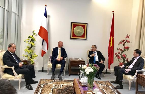 Đồng chí Nguyễn Thiện Nhân thăm Đại sứ quán Việt Nam tại Hà Lan