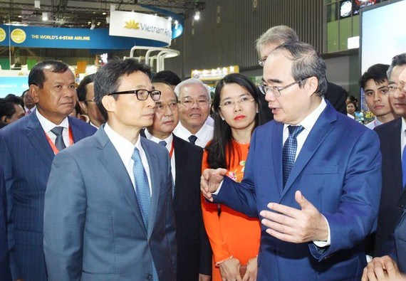 Đồng chí Nguyễn Thiện Nhân trao đổi với Phó Thủ tướng Vũ Đức Đam. Ảnh: HOÀNG HÙNG