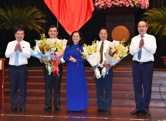 Các đồng chí lãnh đạo TPHCM chúc mừng đồng chí Hà Phước Thắng và đồng chí Đặng Minh Đạt được bầu làm ủy viên UBND TPHCM. Ảnh: VIỆT DŨNG