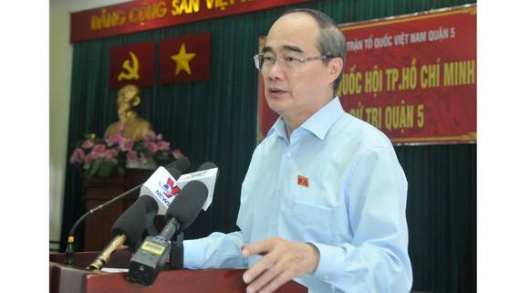 Bí thư Thành ủy TPHCM Nguyễn Thiện Nhân tại buổi tiếp xúc cử tri quận 5. Ảnh: CAO THĂNG