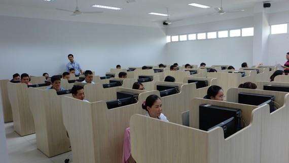 Các thí sinh làm bài dự thi kỳ thi tuyển công chức TPHCM năm 2019. Ảnh: KIỀU PHONG