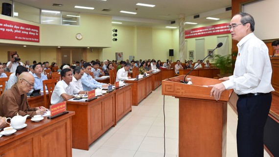 Bí thư Thành ủy TPHCM Nguyễn Thiện Nhân tiếp xúc cử tri quận 10. Ảnh: VIỆT DŨNG