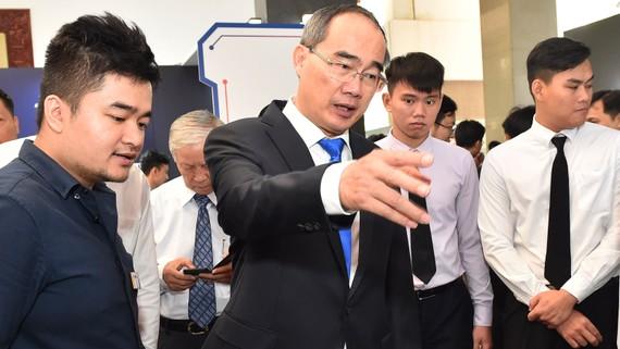 Bí thư Thành uỷ TPHCM Nguyễn Thiện Nhân xem triển lãm tại Ngày hội doanh nghiệp công nghệ thông tin và trí tuệ nhân tạo. Ảnh: VIỆT DŨNG