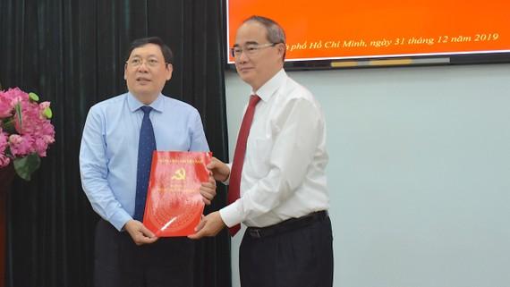 Bí thư Thành ủy TPHCM Nguyễn Thiện Nhân trao quyết định nghỉ hưu đối với Trưởng Ban Nội chính Thành ủy.