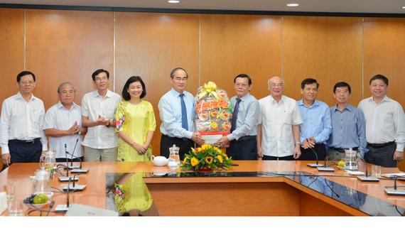 Đồng chí Nguyễn Thiện Nhân thăm, chúc tết Báo SGGP. Ảnh: VIỆT DŨNG