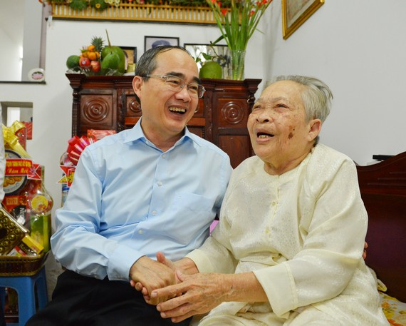 Đồng chí Nguyễn Thiện Nhân thăm hỏi mẹ Việt Nam Anh hùng Nguyễn Thị Sáng. Ảnh: VIỆT DŨNG
