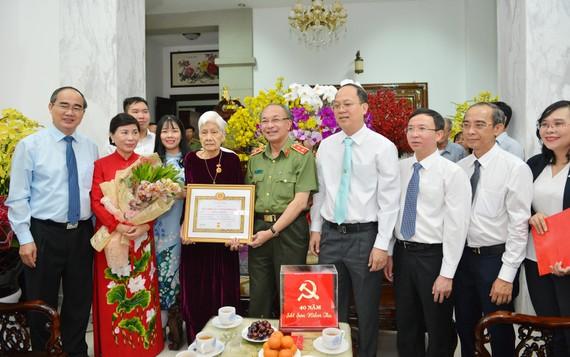 Trung tướng Lê Đông Phong, Giám đốc Công an TPHCM trao Huy hiệu 40 năm tuổi đảng cho đồng chí Dương Thị Minh. Ảnh: VIỆT DŨNG