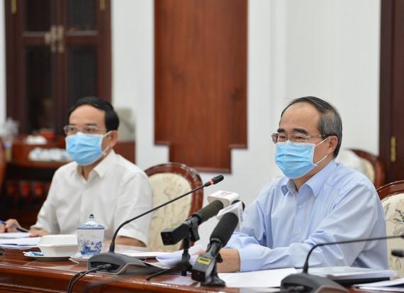 Bí thư Thành ủy TPHCM Nguyễn Thiện Nhân và Phó Bí thư Thường trực Thành ủy Trần Lưu Quang họp trực tuyến về phòng chống dịch Covid-19. Ảnh: VIỆT DŨNG