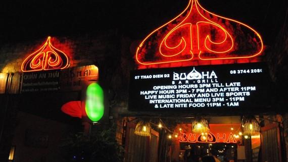 """Các tranh ảnh, tượng Phật cũng như các bảng hiệu liên quan đến """"Buddha"""" tại quán ăn này được yêu cầu gỡ bỏ"""