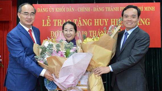 Bí thư Thành ủy TPHCM Nguyễn Thiện Nhân và Phó Bí thư Thường trực Thành ủy Trần Lưu Quang trao Huy hiệu 40 năm tuổi Đảng cho Phó Bí thư Thành ủy TPHCM Võ Thị Dung. Ảnh: VIỆT DŨNG