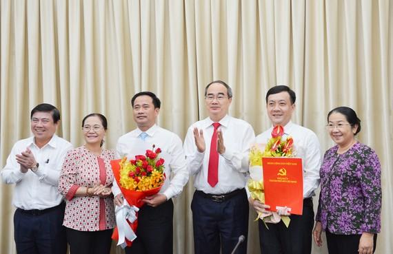 Bí thư Thành ủy TPHCM Nguyễn Thiện Nhân và các đồng chí lãnh đạo TPHCM chúc mừng đồng chí Hà Phước Thắng và đồng chí Lê Thanh Phong. Ảnh: VIỆT DŨNG
