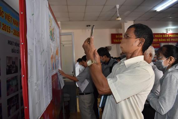 Người dân xem bản đồ điều chỉnh cục bộ quy hoạch