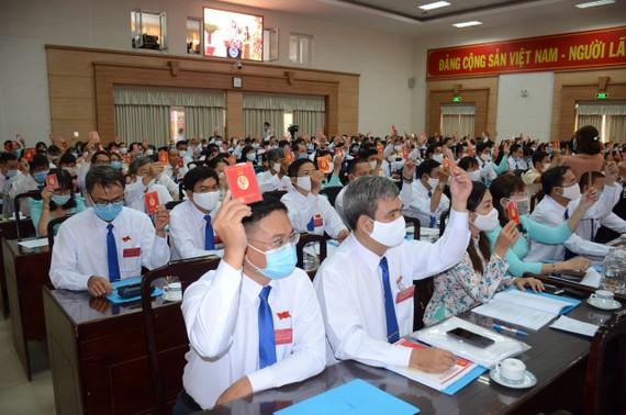 Các đại biểu thông qua nghị quyết, các công trình, chương trình phát triển quận Bình Tân trong 5 năm tới.
