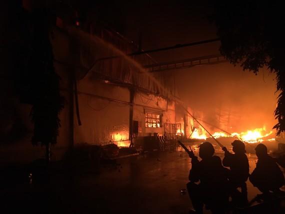 Đám cháy phát triển lớn, lan rộng ra kho thứ 2