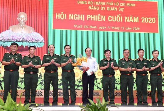 Bí thư Thành ủy TPHCM Nguyễn Văn Nên nhận hoa chúc mừng giữ chức vụ Bí thư Đảng ủy Quân sự TPHCM, sáng 11-12-2020. Ảnh: VIỆT DŨNG