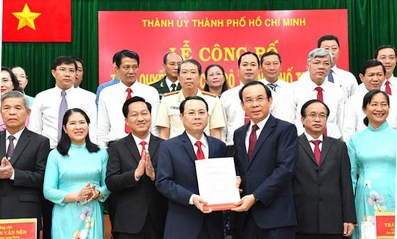 Bí thư Thành ủy TPHCM Nguyễn Văn Nên trao quyết định thành lập Đảng bộ TP Thủ Đức cho Bí thư TP Thủ Đức Nguyễn Văn Hiếu. Ảnh: VIỆT DŨNG