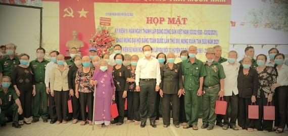 Đồng chí Nguyễn Văn Nên chụp ảnh lưu niệm cùng các đồng chí nguyên là cán bộ, chiến sĩ Đại đội 33, Trung đội nữ huyện Gò Dầu. Ảnh: KIỀU PHONG
