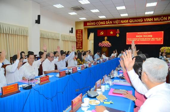 Các đại biểu biểu quyết thông qua nhiệm vụ trọng tâm, giải pháp chủ yếu của quận Bình Tân trong thời gian tới