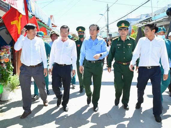 Bí thư Thành ủy TPHCM Nguyễn Văn Nên thăm xã đảo Thạnh An. Ảnh: VIỆT DŨNG
