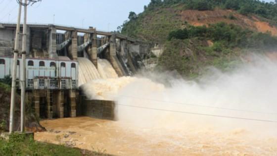 Nhà máy thủy điện xả lũ trong mùa mưa bão