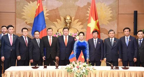 Chủ tịch Quốc hội Nguyễn Thị Kim Ngân, Chủ tịch Quốc hội Mông Cổ Miyegombo Enkhbold và các đại biểu tham gia Hội đàm