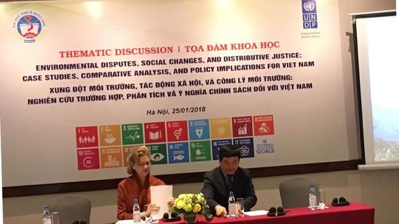 Giám đốc Quốc gia của UNDP tại Việt Nam, bà Caitlin Wiesen và  Giáo sư Trần Thọ Đạt, Hiệu trưởng trường Đại học Kinh tế Quốc dân chủ trì Toạ đàm
