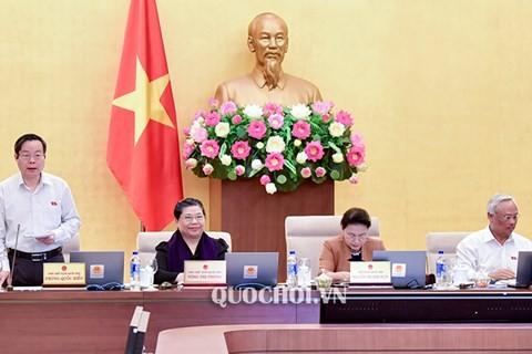 Phó Chủ tịch Quốc hội Phùng Quốc Hiển điều hành phiên họp