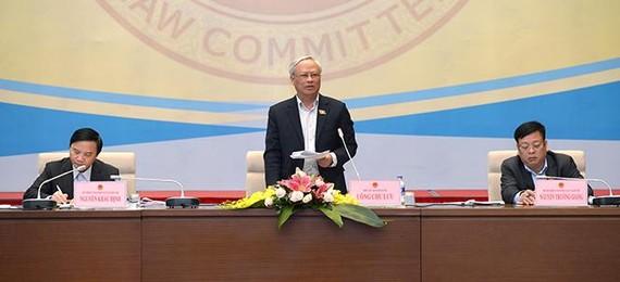 Phó Chủ tịch Quốc hội Uông Chu Lưu phát biểu tại phiên họp toàn thể của Ủy ban Pháp luật